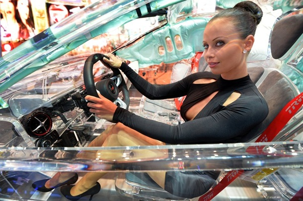 girls-with-cars-at-franfurt-motor-show-2013- (4)