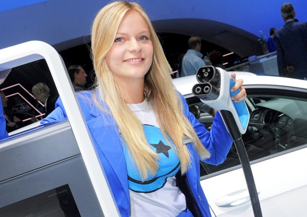 girls-with-cars-at-franfurt-motor-show-2013- (7)