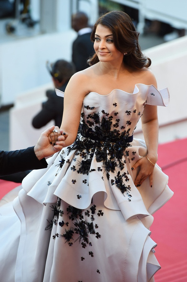 aishwarya-rai-at-cannes-premiere-of-youth-2015- (8)