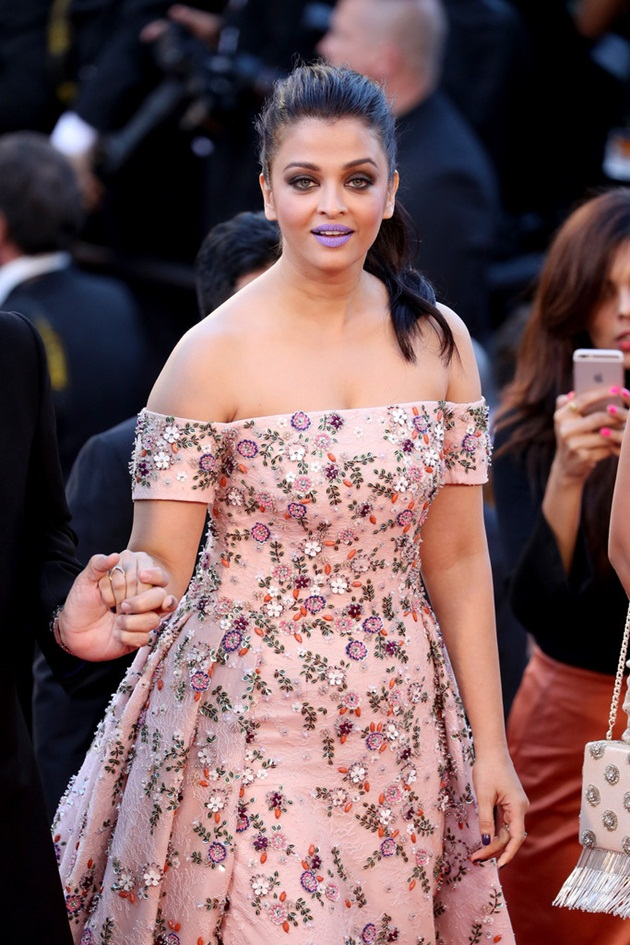 aishwarya-rai-in-cannes-film-festival-at-mal-de-pierres-premiere- (10)