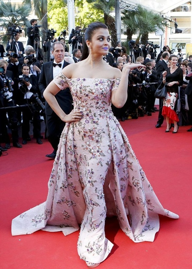 aishwarya-rai-in-cannes-film-festival-at-mal-de-pierres-premiere- (2)