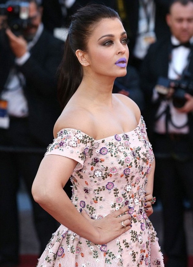 aishwarya-rai-in-cannes-film-festival-at-mal-de-pierres-premiere- (3)