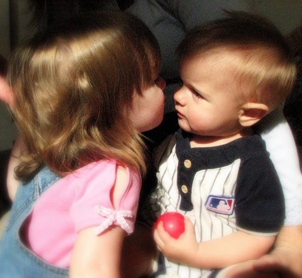 cute-babies-kisses- (4)